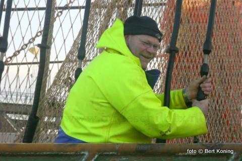 Net als al zijn andere broers uit Oudeschild koos ook Bennie Visser voor het vissersvak. Hier vrijdagmorgen aanboord van de pulswinger TX 36 'Jan van Toon'.