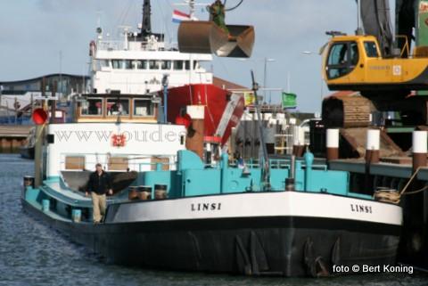 Het vrachtschip Linsi van Simon en Linda Daalder werd maandag voor het eerst geladen met het oude asfalt van de Pontweg, welke momenteel door de vorstschade hersteld wordt. Totaal zal zo'n 4500 ton oud-asfalt van Texel afgevoerd worden voor hergebruik. Maandagmiddag vertrok de Linsi met ruim 800 ton richting Rotterdam.