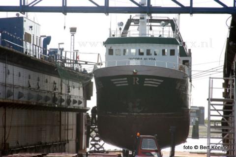 Maandagmorgen werd de 26 meter lange twinrigger 'Jacoba Alyda' uit Urk drooggezet bij het scheepsdok van Visser in Oudeschild. De UK 268 van Romkes onderging de gebruikelijke knip- en scheerbeurt en de nodige zinkanodes werden vervangen.