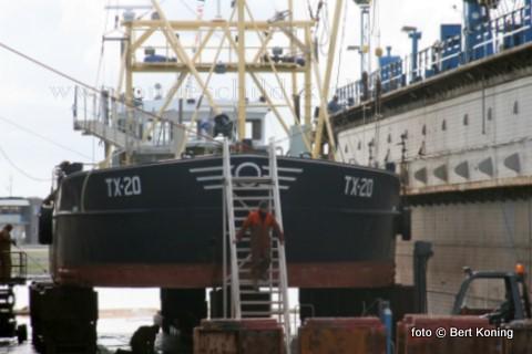 Na onlangs het onderhoud aan de de TX 10 en en TX 35 van Blom & Boom uit Oudeschild is nu de TX 20 in dok bij Visser op Oudeschild. Deze ex-Harlinger, met als schipper Wim Jan Boon, ondergaat net als de andere toeristenschepen van Blom & Boom het gebruikelijke 'knippen en scheren'. En tevens worden zo nodig zinkanodes vervangen.