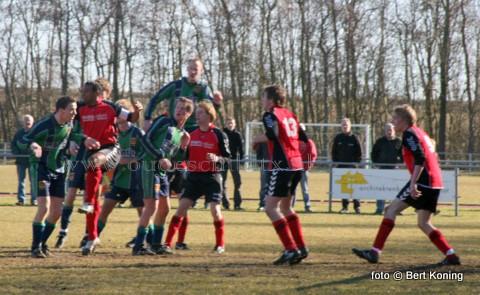Onder schitterende weersomstandigheden vond zondagmiddag in Den Burg de altijd spannende eilandderby plaats tussen de 1e teams van SV De Koog en Texel '94. De Koog die in de eerste helft meer overwicht had op de wedstrijd wist na 20 minuten te scoren via Leon Zijm. Welke tot voorkort nog voetbalde in het team van Texel '94. Na de pauze, waarin de kansen weer gelijk opgingen, scoorde voor Texel '94 Ivo Barends de gelijkmaker. Steffan Vlaming van Texel '94 kreeg in de 2e helft door een overtreding de rode kaart, en moest daarop het veld verlaten. Texel '94, die nu met 10 man verder moest, werd in de eindfase van de wedstrijd verslagen door de tweede treffer van hun oud-ploeggenoot Leon Zijm.