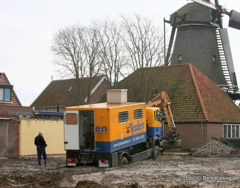 Na de sloop voor de geplande nieuwbouw van het Maritiem & Jutters Jutters Museum aan de Heemskerckstraat was het nu de beurt aan Tjaden Grondmechanica uit Zuidoostbeemster voor de noodzakelijke grondbemonstering aldaar. Het voertuig had echter de pech om op de lokatie letterlijk in de blubber weg te zakken. Behalve dat er ook bij deze 'stranding' ook weer genoeg belangstelling was, bod de de shovel van Werner Dros uiteindelijk hulp.