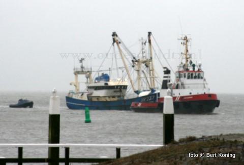 Maandagmiddag arriveerde voor de haven van Oudeschild de sleepboot Waterman met achter zich de stuurloze UK 236 ' Grietje Bos' van K. Post bv uit Urk. De 42 meter lange Sumwinger had vrijdag bij het binnenlopen in de Eemshaven de pech om in de haven de schroef te verliezen. De UK 237 werd door de 26 meter lange 'Waterman' en de sleper 'Janna'  van Visser - Oudeschild de werkhaven ingesleept, om kort daarop gedokt te worden voor een nieuw aangeleverde schroef.
