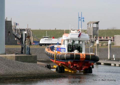 Donderdagmorgen werd op de scheepshelling van de Waddenhaven Oudeschild de KNRM-reddingboot van Lauwersoog na een reparatie weer te water gelaten. De 'Anna Jacoba Visser' had aldus Betsema Scheepsmotoren een technisch probleem aan één der motoren. De reddingboot die De Waddenhaven werd afgemeerd zal het komende weekeinde weer naar Lauwersoog worden gevaren.