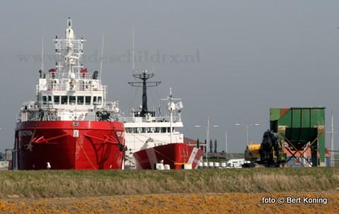 Nadat de haven van Texel sinds begin december 2009 voor het eerst in de geschiedenis plaats bod voor de offshorschepen VOS Baltic en de VOS Satisfaction, zullen deze binnenkort Oudeschld weer gaan verlaten. Ook in de avonduren zorgen deze verlichte schepen voor een indrukwekkend gezicht.