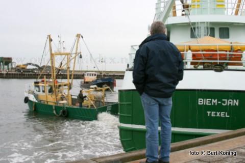 Door een defecte regulateur van de hoofdmotor van de TX 3 kwam de TX 50 Deneb van Sjef Boom uit Oudeschild de Biem Jan vrijdagmorgen te hulp met het het draaien van van de sumwinger. De komende week zal de regulateur bij de gebroeders van der Vis uit Oosterend gerepareerd worden.