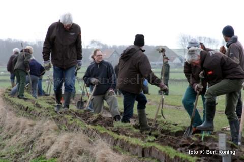 Op de Hoge Berg nabij Oudeschild werd afgelopen weekeinde door een 22 vrijwilligers van de werkgroep Kwadijkervlot aan de Schansweg een nieuwe tuinwal aangelegd. Zondag werd door de groep gewerkt in het insectenreservaat De Zandkuil naast het Doolhof.