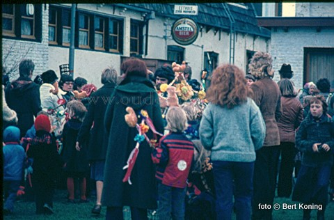 Zondagmiddag om 13.00 uur vertrekt de dorpsjeugd vanaf het schoolplein in Oudeschild weer voor een verrassingtocht naar elders op het eiland. In de zeventiger jaren kwamen ze bijeen achter het dorpshuis 't Skiltje, en toen nog eethuis De Zeven Provinciën van Dirk Koning. Op de foto staan ondermeer Tineke van Beek en Willem Zegel.