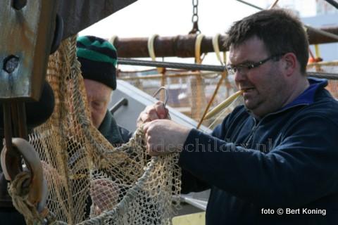 Vrijdagmorgen worden op de haven van Oudeschild de garnalennetten hersteld van de TX 65 van Erik Kalf. De ex-WON 24 is al sinds september 2007 ingeschreven bij de Texelse vloot. Vader Aad Kalf, die vele tientallen jaren op de grotere bokkers van de vloot heeft gevaren, nam in 1994 op de TX 43 'Biem van der Vis' afscheid van de visserij. Maar regelmatig is hij te vinden op de 'Bona Fide' als deze weer in de thuishaven afmeerd.