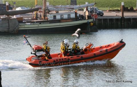 Dinsdagmiddag kwam de Francine Kroesen van station Oudeschild voor de eerste keer daadwerkelijk in aktie voor een vastgelopen zeiljacht op de Waddenzee. Het 37- voet lange Bavaria zeiljacht 'Jutter' uit Lemmer had zich met twee opvarenden volledig drooggevaren op De Bollen. De reddingboot Francine Kroesen sleepte het vlot, en begeleide het naar het diepere water van het Malzwin. De 'Jutter' kwam daarna op eigen kracht naar Texel.