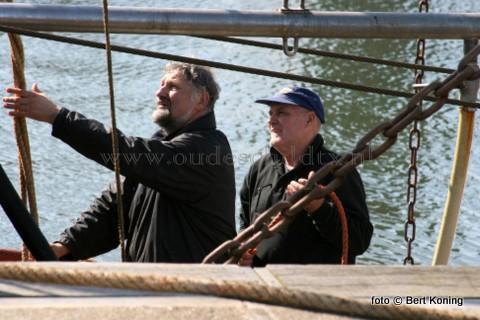 Wat doe je als je op vrijdmorgen 9 april de verjaardagsvisite thuis wilt ontlopen ? Vraag het de 56-jarige schipper Jan de Vrier (l) van de 'Broedertrouw' van de gebroeders de Vries uit Oudeschild. Jan ging gewoon aan het werk op de TX 41. Misschien heeft hij nog wel die morgen een ijsje gehad van de (oud) ijsco-boer Ynte Adema(r), die alle vrijdagen precent is.
