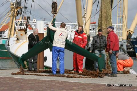 Na eerst wat tegenslag met de Texelse vinding de Jack-wing, is na afgelopen week schipper Dirk Kraak uit Den Helder vol lof. Vorige week vrijdag werd de Eurokotter van Kraak uitgerust met een compleet Jack-wingtuig, en en ging de uitvinder Jack Bertsema van de TX 38 zelf mee naar zee om ze uit te testen. 'Het vist alllemaal harstikke licht' aldus Betsema.