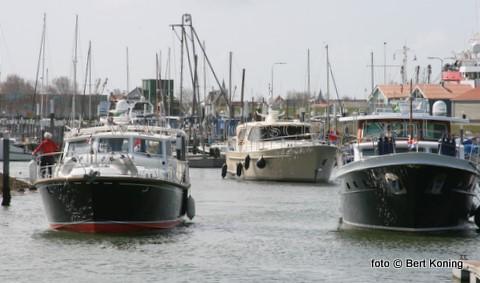 Afgelopen weekeinde bezocht een 'kleine armada' van luxe motorjachten de Waddenhaven van Oudeschild. Zo'n 25 schepen van de Koninklijke Nederlandse Motorbootclub staken met het mooie weer gezamelijk de Waddenzee over om een aantal dagen op Texel door te brengen.