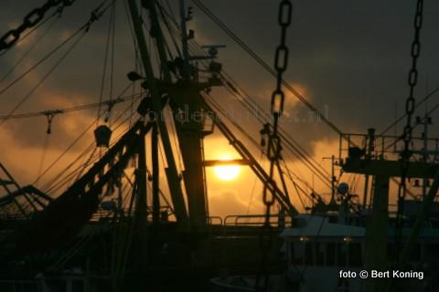 Ook op de haven van Oudeschild zorgde de stofdeeltjes in de lucht van de vulkaanuitbarsting op IJsland voor extra avondrood bij de zonsondergang.