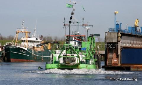 Maandagmorgen is het baggerschip 'Eureka' gestart met het uitbaggeren van de dokput van de scheepswerf Visser in Oudeschild. Ondanks de planning voor een vervolg van het baggeren in de werkhaven moest de 'Eureka' dinsdag voor een spoedklus naar elders.