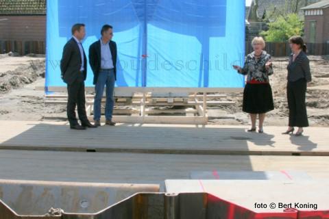 Donderdagmiddag werd door de (oud) wethouder en Statenlid (2e van rechts) Nel Eelman het startsein gegeven voor de nieuwbouw bij het museum in Oudeschild