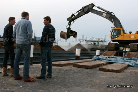 Afgelopen week werd in de haven van Oudeschild de 'Pergo' uit Maasbracht beladen met 800 ton houtsnippers uit het Texelse Dennenbos. Eind 2009 en begin 2010 werd al het nodige dennenhout hier afgevoerd naar het Belgische Genk. Tijdens de laadwerkzaamheden rook het sterk naar hars. De lading lag hier opgeslagen bij Arie van Zuilen.