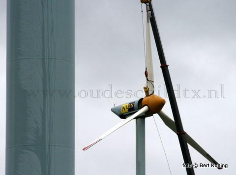 Maandagmiddag werd bij een harde noordoosten wind gestart met de sloop van de veelbesproken windmolens bij de Waddenhaven van Oudeschild.
