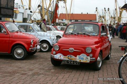 Afgelopen weekeinde toerde zo'n 35 klassieke Fiat 500 auto's uit het gehele land over Texel. Onder het motto 'terug naar Texel' bezocht men ondermeer het museum Flora en ging men zaterdag aanboord bij de TX 10 'Emmie' op Oudeschild. De oudste van de op de lange dam opgestelde Fiatjes was uit 1959.