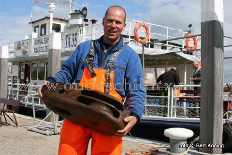 Begin deze week  werd door de TX 35  'Zeester' van de firma Blom & Boom een klokgaf antiek scheepsblok op de Texelstroom voor Oudeschild gevangen. Schipper Herman Blom die hier de gewichtige vangst toont heeft zich in verbinding gesteld met de plaatselijk sportduiker Hans Eelman, die bekend is met oude scheepswrakken op de Texelse ree.