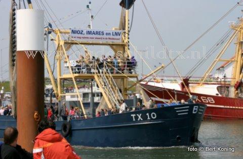 Nadat afgelopen week de TX 24 van Alber Blom uit Oudeschild al zijn ongenoegen uiten over het overheidsbeleid op de Waddenzee, voer zaterdag de TX 10 'Emmie', met als schipper Frido Boom, ook uit met een protestleus in de mast. Landelijk vreest men de gevolgen voor Natura-2000-beleid, welke afgelopen maand tijdens een voorlichtingsbijenkomst in Harlingen bekend werden gemaakt.