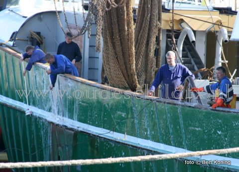 Vrijdagmorgen werd door de bemanning van de TX 43 'Biem van der Vis' druk gewerkt om de Sumwinger weers schoon te krijgen voor de Pinksterdagen. Voor de meeste kotters op Texel was het s'morgens door het lage water moeilijk om goed binnen te komen en af te meren aan de kade.