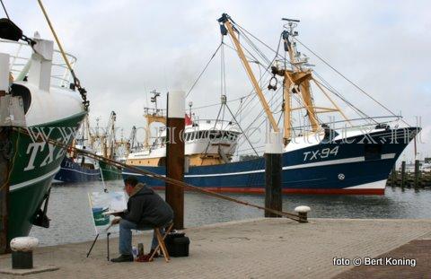 Deze zondagsschilder bij de TX 27 heeft meer aandacht voor zijn schilderij dan voor de 'Avontuur' van de firma Boersen die als eerste op 2e Pinksterdag weer naar zee vertrekt,