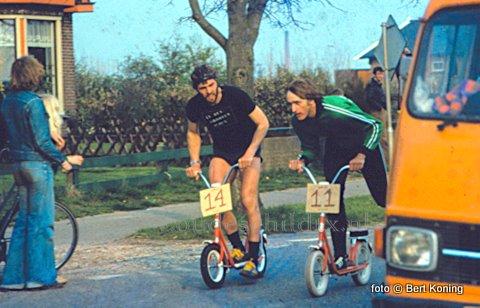 De éérste atopedrace (niet deze) vond plaats op 30 april 1977. Aldus de gegevens van organisatie: Jan en Marga Koomen van café De Grote Slock. Teams van De Grote Slock, de Beren Bar, Casino, de Jelleboog en de Smullies's Bar streden tegen elkander, met een stop bij de melkfabriek en het oude VTB-gebouw. De Finish was op de markt. Zegel Rijwielhandel, met hier Melle aan een zware van Nelle, leverde de autopeds. Op de foto van vorige week staan v.l.n.r.: Hans Smid, Co Koomen, Johan van Heerwaarden, Rien Mosk en Peter Kikkert. Het evenement heeft slechts een drietal jaren geduurd.