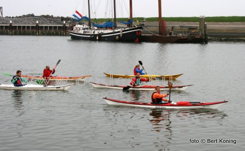Onder ideale weersomstandigheden werd dinsdagavond weer geoefend door de kanoërs van de WSV-Texel. Na een rondje haven ging men met het rustige water ook buitengaats.
