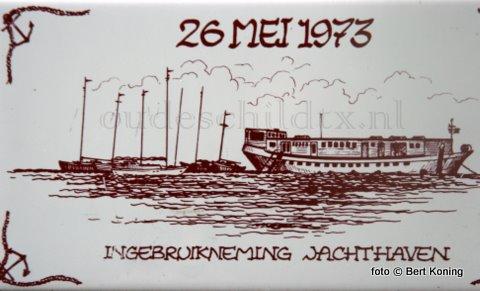 De oplossing van het raadplaatje van vorige week. Het voormalige clubschip, wat voordien een internaat was, heten 't Wrijfhout. Met als eerste beheerders Henk en Corry Maas uit de Trompstraat op Oudeschild. Later werden dit Willem en Maddy Welbie. Eind jaren negentig is het voor het symbolische bedrag van 1 gulden (!) verkocht naar De Zaan. Alwaar het als souveniersshop weer een andere bestemming kreeg.