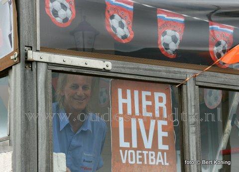 Als het nou om een praatje over de Rolling Stones gaat, of de resultaten van het Nederlands elftal. Bij de barkeeper Jan Veeken (alias 'Buks') is in café 't Vooronder op de Oudeschilder haven altijd iedereen van harte welkom.