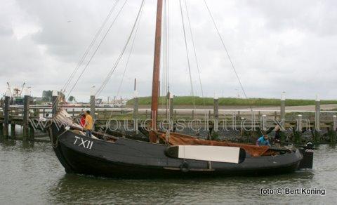 De blazer TX 11, die gisteren bij de botterrace schade opliep aan het grootzeil en de lummel, is zondag de gehele dag te bezoeken in de noorderhaven op Oudeschild. De blazer was in de vorige eeuw het type Texelse visserschip waarmee zowel op de Wadden, Zuider- als Noordzee werd gevist. De schepen werden gemaakt in Workum en Makkum.