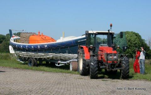 Na jaren onderdak te hebben gestaan aan de Hallerweg nabij Den Burg ging woensdagmiddag de reddingboot Joan Hodshon onderweg naar het 175-jarig Polderfeest van Eierland. Texels beroemdste reddingboot, in dienst van 1935 tot 1964, op het huidige KNRM-station De Cocksdorp is eigendom van de Stichting Juttersmuseum. Vanmorgen ging al de bijbehorende historische tractor 'Zeewolf' op transport richting het noorden. Waar beiden tijdens het feest te zien zullen zijn op de dijk nabij de vuurtoren.