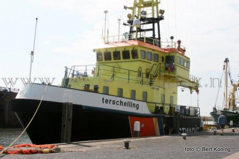 Nadat afgelopen week het vracht- en werkschip 'Zoë' van aannemersbedrijf Liebreghts uit Middelbeesr gedokt werd voor een boegschroefreparatie was het maandag de 'Terschelling' die bij Visser op Oudeschild droog ging. Het Kustwachtschip is op Texel voor het vervangen van de schroefasseals. Dokbaas Aad du Porto (r) overlegt al met de bemanning, alvorens het schip hier drooggezet wordt.