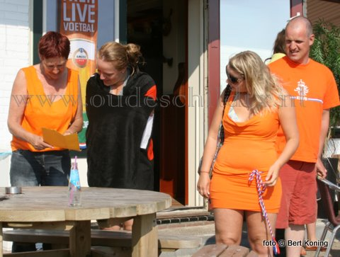 Wie o wie won maandagmiddag de blinde poule bij Nederland tegen Slowakije... Uitbaatster Ingrid Hennink (l) van De Kombuis opent na de 2-1 overwinning de blinde poule welke door Lindsy Barends (midden) gewonnen werd! Melanie Kalverboer kijkt rechts gepannen toe. Sinds 1998 staat Oranje weer in de kwartfinale.