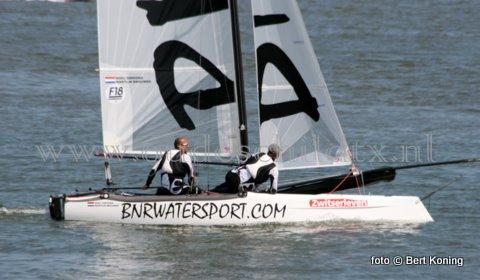 Met de huidige weersvoorspellingen beloofd het bij de 33 ste Ronde om Texel een pittig zeilrondje te worden. Aldus de vooruitzichten wordt zeker zaterdag een noordwest 4 tot 5 voorspeld. Naar verwachting zullen zo'n 550 catamarans aan startlijn verschijnen bij Paal 17.