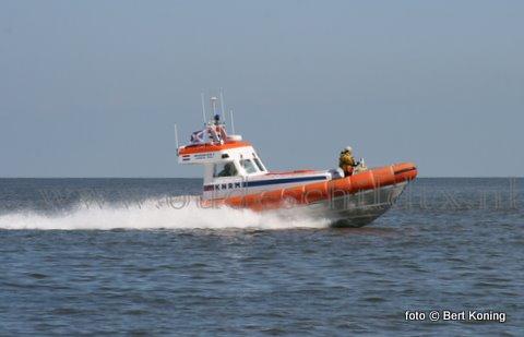 Zaterdagmorgen rond 8.30 uur ging het alarm af voor de KNRM Texel en Harlingen. Op de Waddenzee werd een rubberboot met 1 opvarende vermist. Zowel de reddingboten van station de Cocksdorp als Oudeschild kwamen in aktie. Rond 9.30 uur trof De Beursplein 5 de rib met opvarende aan te noorden van De Schorren, oostelijk van Texel. De opvarende werd door hun meegenomen naar het reddingboothuis. Terwijl de rubberboot later op de droogte werd geborgen.