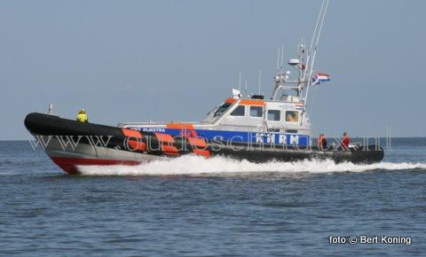 Zondagmiddagmiddag kwamen zowel de reddingboot van Den Helder als Oudeschild in actie voor een zoektoocht naar een een drietal vermiste kayakkers in het Molengat bewesten Texel. De Kayakkers waren 9 deelnemers vertrokken voor een rondje Noorderhaaks toen rond 15.30 uur voor de KNRM de melding kwam dat een drietal vermist werd. Zes deelnemers hadden ondertussen veilig het strand bereikt bij Paal 8 op Texel. Twee personen werden gevonden door de reddingboot Joke Dijkstra (foto) van station Den Helder, en zijn met onderkoelingsverschijnselen in de Helderse haven naar het Gemini-ziekenhuis. gebracht. De derde  kayakker werd al peddelend aangetroffen in de Breewijd. Behalve de Joke Dijkstra namen ook de Francine Kroesen uit Oudeschild, de RV 180 en de P 49 deel aan  de zoekactie.