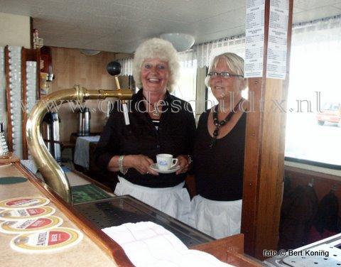 In 2007 vierde de veerdienst TESO op Texel zijn 100-jarig bestaan. Ter gelegenheid hiervan maakte het museum uit Oudeschild een dvd met oud-medewerkers. Zo ook met de buffetmedewerksters Wil Zoer (l) en Elly Schagen die als 16 jarige nog de tijd hebben meegemaakt dat de veerdienst vanuit Oudeschild naar Den Helder vertrok. 'Op sien plat tessels' vertellen zij op de dvd: 'Varen voor Texel' hun ervaringen van voor 1962 bij TESO.