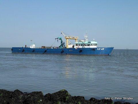 Dat de Texelse vloot niet alleen gespot wordt in- of bij de Texelse vissershaven blijkt wel uit deze foto die we spontaan ontvingen via de site. Sportvisser Peter Stijder uit Medemblik, die al zo'n 50 jaar bij Breezanddijk, stuurde deze plaat toe van de 43 meter lange 'Vertrouwen' van Lenger Seafoods BV. Schipper Dirk Schagen en zijn vrouw Fenny waren daar met twee IMARIS-medewerkers terplekke om op zo'n 20 locatie's op de Waddenzee met een onderwatercamera de plaatselijke flora & fauna in beeld te brengen.
