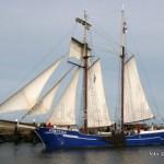 Afgelopen donderdag deed de 44 meter lange topzeilschoener Fortuna uit Harlingen weer de haven van Oudeschild aan. Met zijn 480 vierkante meter zeiloppervlakte, en plaats voor 30 passagiers, doet deze charter met regelmaat Texel aan.
