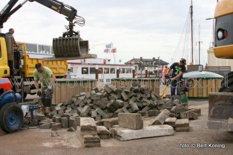 Woensdag werd door de gemeente Texel in samenwerking met de kraan van Ronald Uitgeest de laatste ondergrondse containers geplaats nabij de CIV. Met deze plaatsing zijn inmiddels alle losse containers op deze wijze vervangen, en zal overlast van vuil (zoals hieronder) hopelijk tot het verleden gaan behoren.