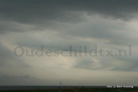 De komende uren wordt ook op Wadden vanuit Frankrijk een zwaar regen- en onweersgebied verwacht met mogelijk zware windstoten vanuit het zuidwesten.