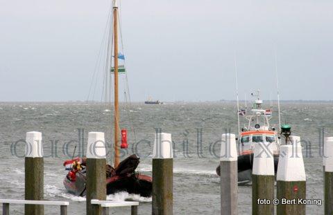 Vrijdagmoddag bracht de reddingboot 'Joke Dijkstra' van station Den Helder het 14 meter lange tjalkje 'Vrouwe Francine' veilig de haven van Oudeschild binnen. Het Nederlandse schip met vijf opvarenden, waaronder drie kinderen, was vanuit Den Oever richting Texel gegaan. Onderweg kreeg men problemen met de zeegang door een forse zuidwester en de ebstroom. De reddingboot, die haar in eerste instantie niet kon vinden door de zwakke communicatie via de VHF, trof haar zwaar slingeren nabij Oudeschild. Een bemanningslid van de KNRM stapte voor hulp over. Waarna men gezamelijk naar Oudeschild voer.
