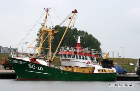 Na de TX 41 was het maandag de beurt aan de SC 10 om gedokt te worden bij Visser op Oudeschild. De omgevlagde Urker eurokotter uit het Duitse Büsum van Hecht Hochsee Fischerei kwam naar Texel voor een boegschroefreparatie.