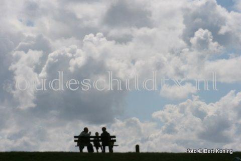 Zowel de zee als de wolkenlucht is geen dag hetzelfde op Texel. Zo ook donderdagmorgen hier voor dit vakantie vierend gezinnetje op de dijk bij de haven van Oudeschild.