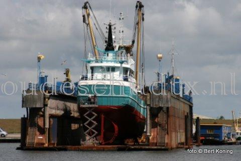 Vrijdagmorgen wertd de 'Branding IV' van de firma Betsema gedokt bij de werf van Visser op Texel. De 42 meter lange kotter van Jac. Betsema & Zn ging er slechts voor kort onderhoud droog. Want zaterdag kon men het dok al weer verlaten.