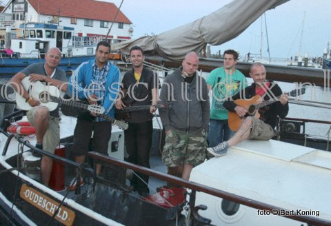 Na een optreden donderdag in Den Burg deed de nederpop-band 'Asman' vrijdagavond Oudeschild aan tijdens hun Eilandentour 2010.
