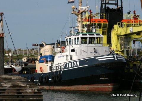 Sinds enkele weken verblijft de sleepboot 'Aríon ' van sleepdienst B. Iskes & Zn uit IJmuiden al op Texel. Deze week werd de bijna 29 meter lange sleper uit 1976 met zijn 2352 pk drooggezet bij het dok van Visser. Bij de 'Arion 'worden twee thrusters ingebouwd t.b.v. de voorstuwing. Behalve de thrusters worden er ook vier beunkoelers ingebouwd en aangeloten.