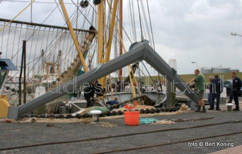 Afgelopen week werd op de WR 109 'Baukje Elisabeth' van garnalenvisser Jan Simon de Haan uit Oudeschild de Jackwing ingestoken. Deze nieuwste wing, naar een idee van Jack Betsema van de TX 38, werd vervaardigd bij Visser Texel. Vrijdag werd met succes een proef genomen op de Waddenzee met het nieuwe vistuig. 'Deze gaat niet meer vanboord af' was de eerste reactie bij terugkeer in de haven van Oudeschild.